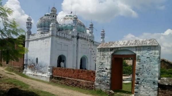 Hindúes conservan una mezquita islámica en un pueblo de India