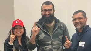 Celal Al con la pareja de mexicanos que abrazó el Islam