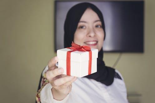 Musulmana con un regalo de Navidad