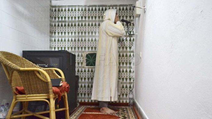 Musulmán realiza el adhan