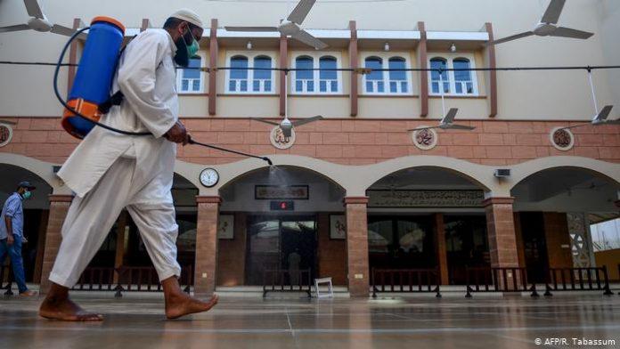 Desinfección mezquita de Karachi