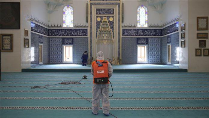 Limpieza de una mezquita por el coronavirus