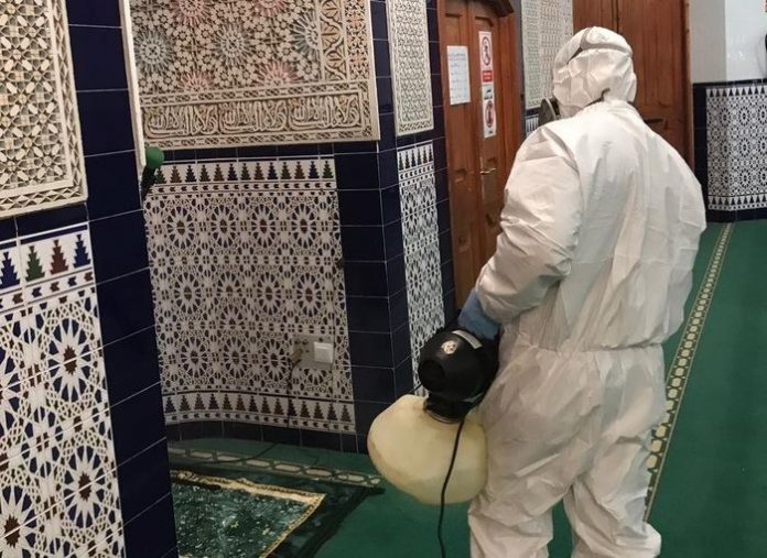 Tareas de desinfección en una mezquita de Melilla