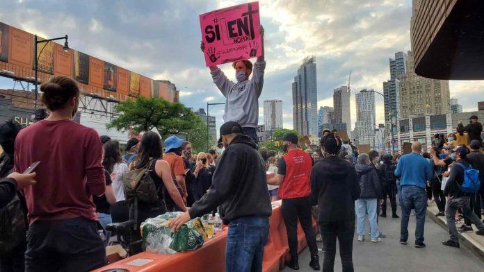 Voluntarios musulmanes reparten comida a manifestantes en Nueva York