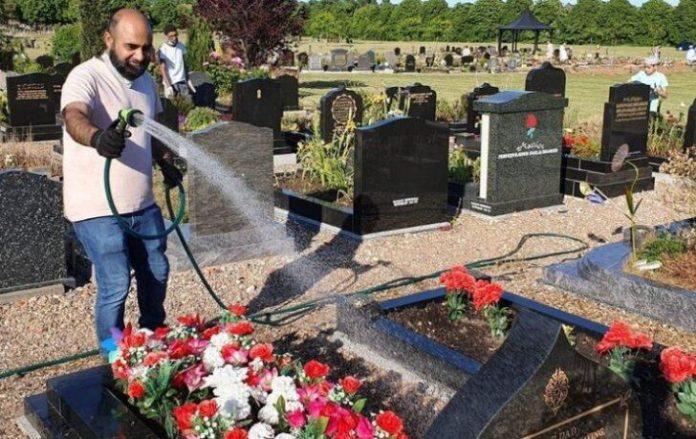 Jóvenes musulmanes limpian tumbas en Derby
