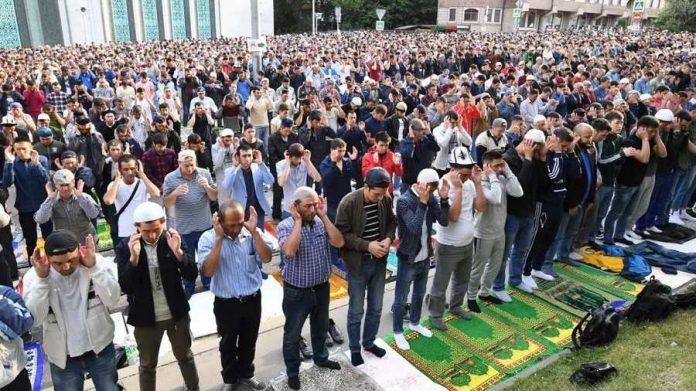 Musulmanes durante la oración del Aid el Adha