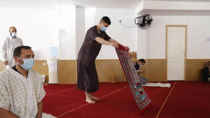 Musulmanes de Salamanca llevan de casa las alfombras a la mezquita para rezar
