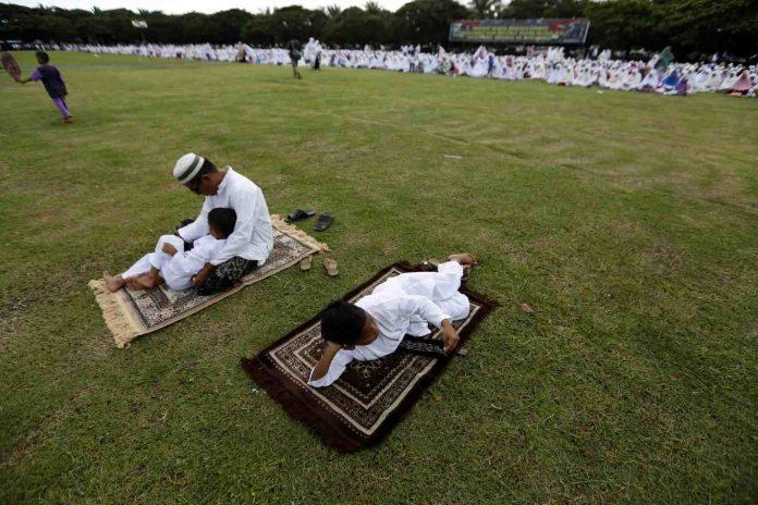 Musulmanes indonesios llamados a realizar la oración del Aid el Adha en familia o en grupos reducidos