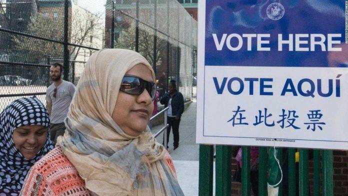 Musulmana estadounidense en un colegio electoral
