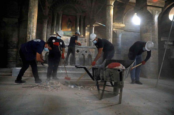 Jóvenes musulmanes limpian y adecentan iglesia cristiana atacada por el Daesh en Mosul