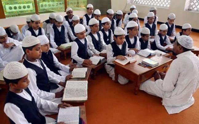 Alumnos musulmanes en una escuela islámica india