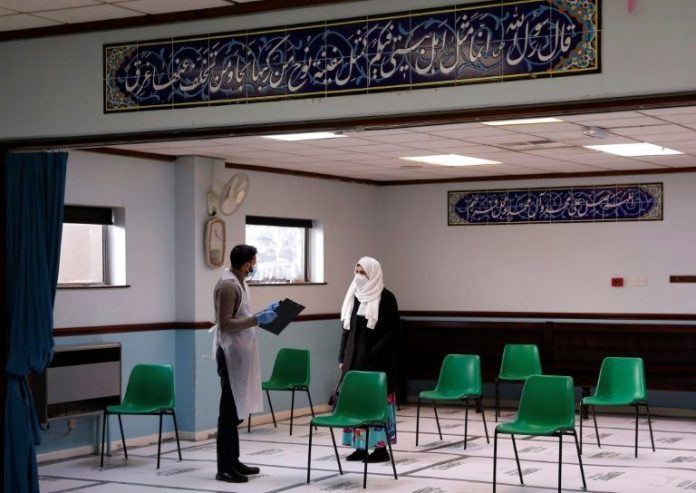 Musulmanes británicos luchan contra la desinformación referente a las vacunas contra a Covid-19