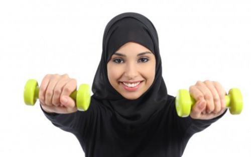 Mujer musulmana da clases de fitness online en Londres durante la pandemia