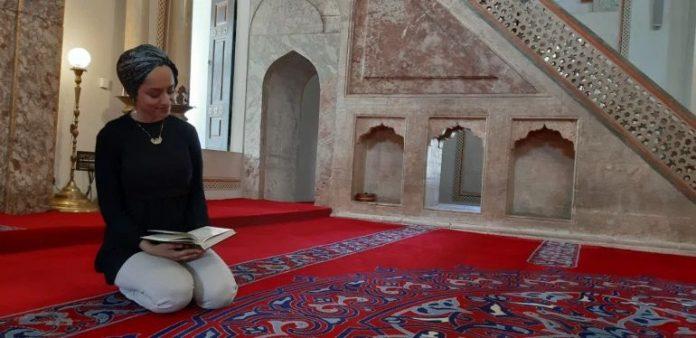 Madinah Javed, recitadora del Corán
