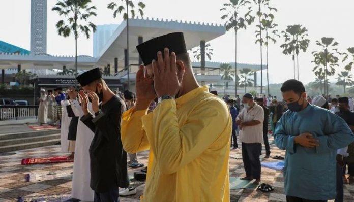 Musulmanes en Indonesia rezando