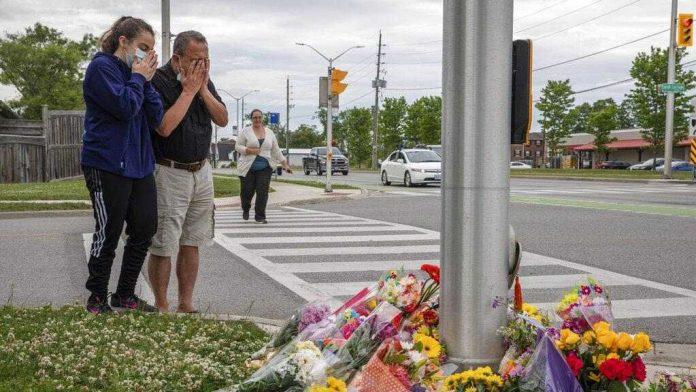 Vecinos de Londres (Ontario) visitan el lugar del asesinato de familia musulmana