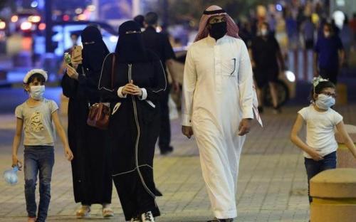 Saudíes caminando en una calle