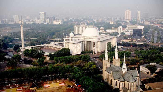 Gran Mezquita Al Istiqlal y la catedral de Yakarta